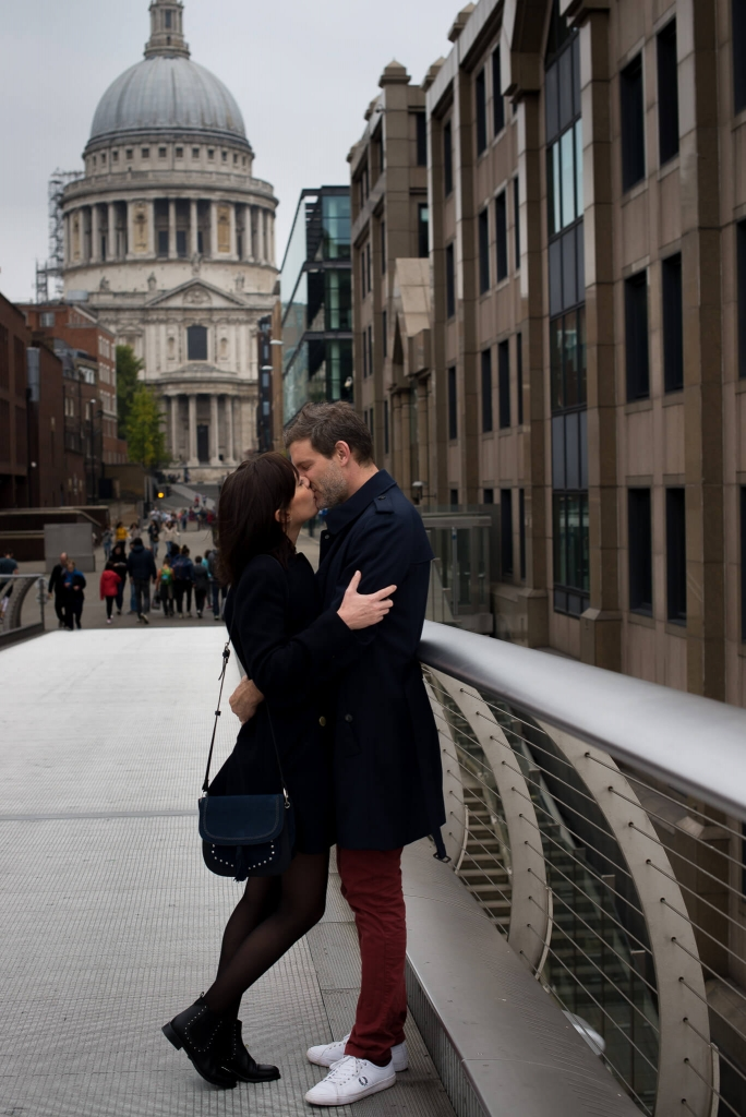 Couple kissing at St Paul's Cathedral